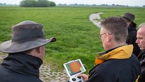Raymond de Vries (4d-precisienatuurbeheer.nl) bestuurt de drone en laat de beelden zien op het scherm